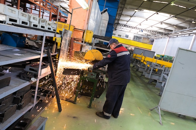 Minsk, bielorrússia - 22 de fevereiro de 2018: fabricação de produção de ônibus