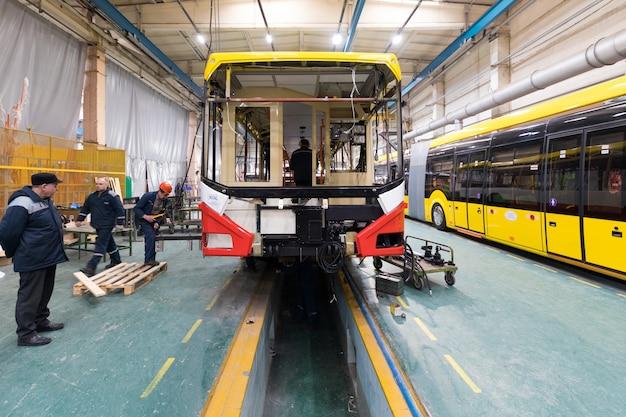 Minsk, bielorrússia - 22 de fevereiro de 2018: linha de produção de ônibus