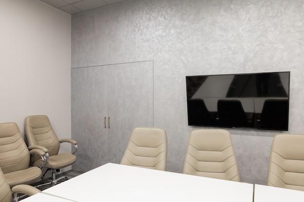 Minsk, bielorrússia - 23 de maio de 2019: interior da sala de diretoria vazia moderna no escritório criativo