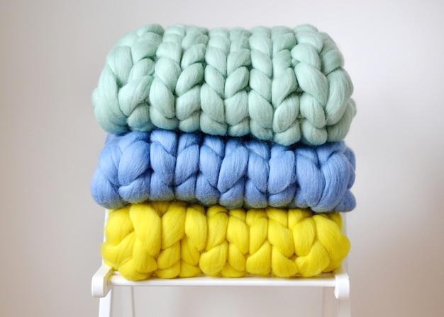Mint pink pink mint amarelo azul cobertor de lã de merino malha em branco de madeira cadeira de tamborete interior da casa