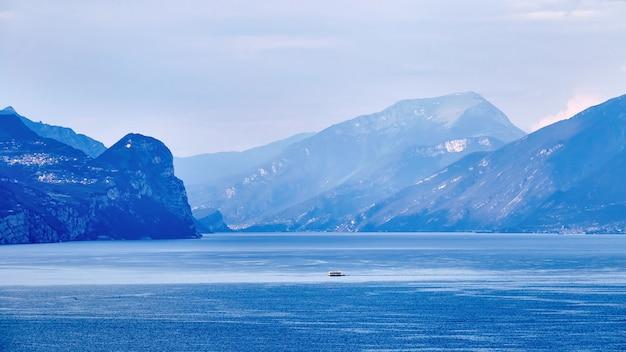 Minúsculo barco no lago de garda à luz do dia