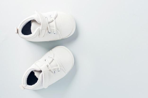 Minúsculos sapatos de bebê