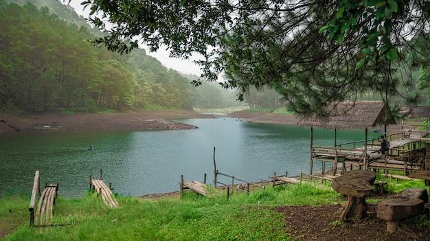 Miradouro com cenário da montanha do lago
