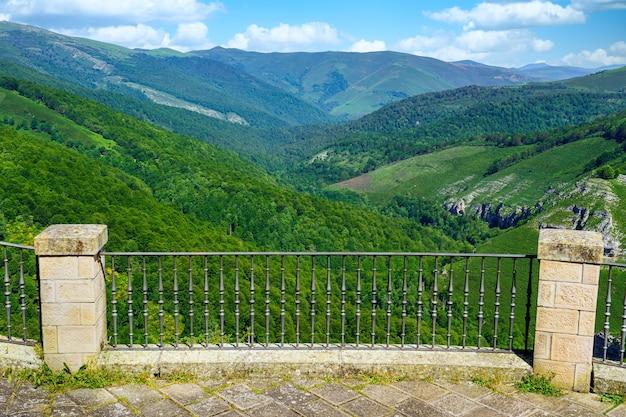 Miradouro com cerca de ferro para a paisagem verdejante do vale exuberante. santander.