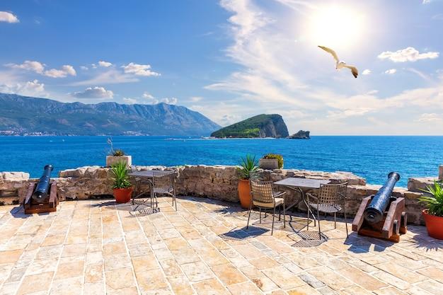 Miradouro da cidadela de budva e ilha de são nicolau, montenegro.