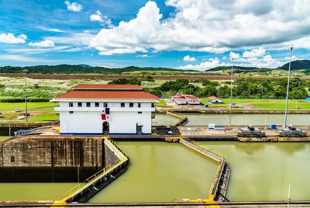 Miraflores é bloqueada no canal do panamá, no panamá, na américa central