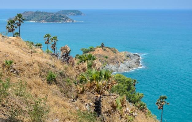 Mirante do cabo phromthep com vista deslumbrante da paisagem marítima de andaman em phuket, tailândia