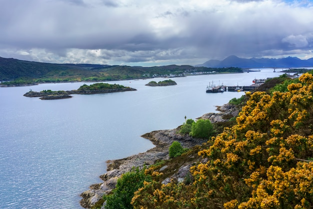 Mirante do loch alsh com vista da ponte skye cruzando o loch alsh na distante escócia