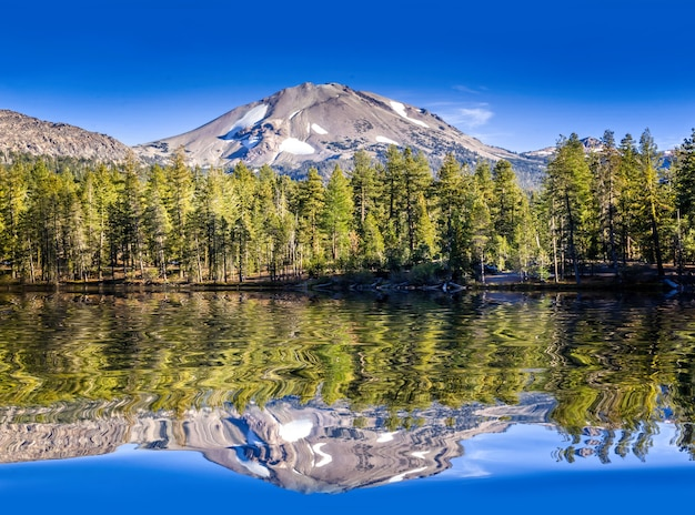 Mirror lake no parque nacional de lassen, califórnia