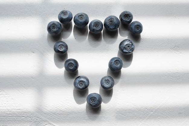 Mirtilos deliciosos em forma de coração.