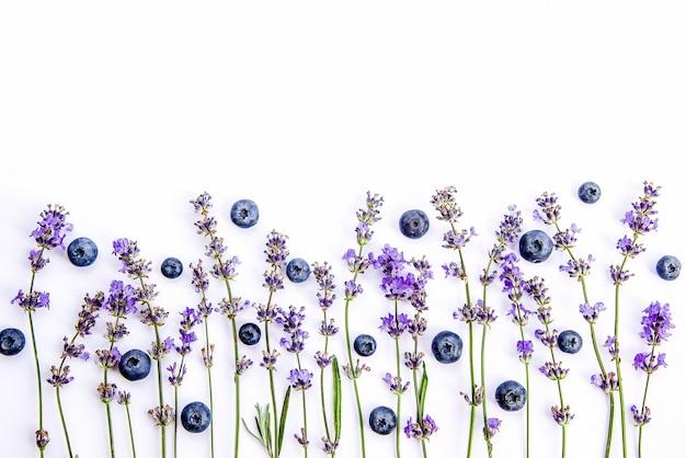 Mirtilos e flores frescas de lavanda