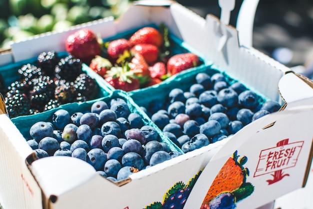 Mirtilos e outras bagas em um mercado de agricultores