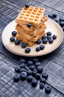 Mirtilos e waffles doces no prato