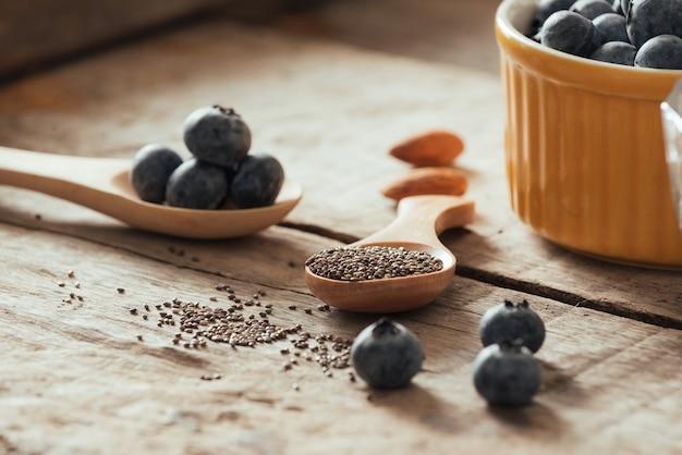 Mirtilos frescos e sementes de chia em uma velha mesa de madeira