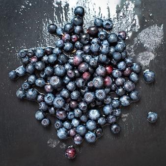 Mirtilos orgânicos recém-lavados em uma placa de ardósia cinza