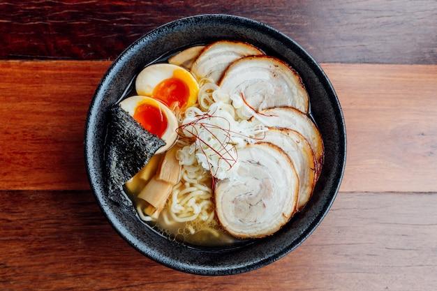 Miso chashu ramen: macarrão japonês em sopa de miso com carne de porco de chashu, ovo cozido, alga seca
