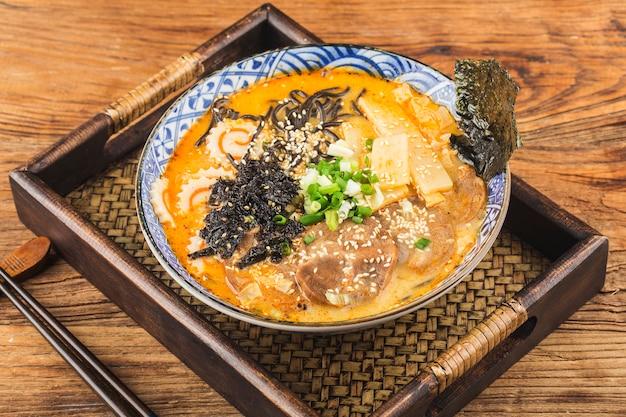 Miso ramen macarrão asiático com macarrão frito com molho de choco