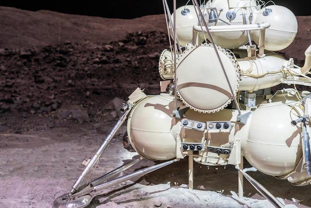 Missão de pouso lunar. estação lunar na superfície do satélite b