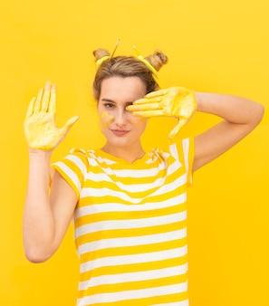 Misteriosa mulher com mãos pintadas