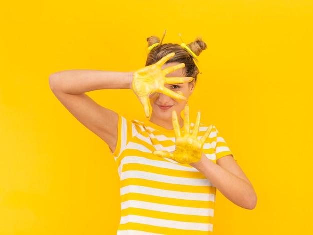 Misteriosa mulher com tinta nas mãos