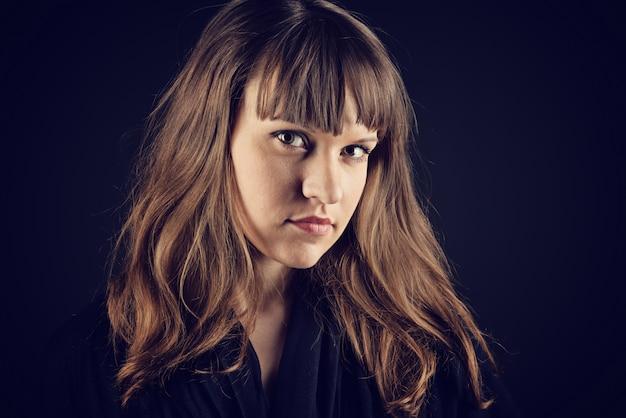 Misteriosa mulher jovem com cabelos longos