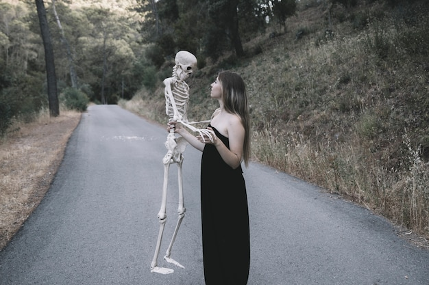 Misteriosa, senhora, segurando, ossos