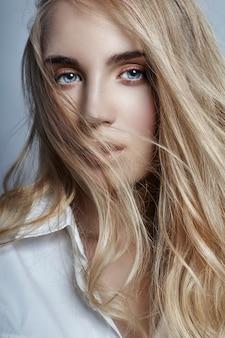 Misterioso e romântico com longos cabelos loiros