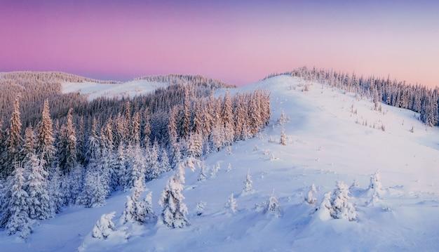 Misterioso pôr do sol nas montanhas. cárpatos, ucrânia, europa