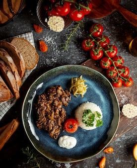 Misto de carne e cogumelos com arroz