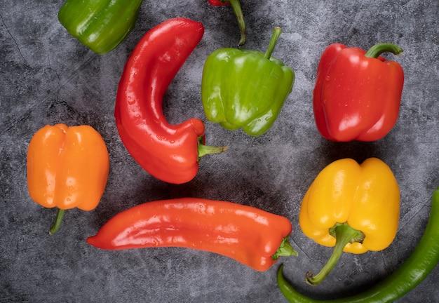 Mistura aleatória de pimentão colorido com pimentões quentes. vista do topo.