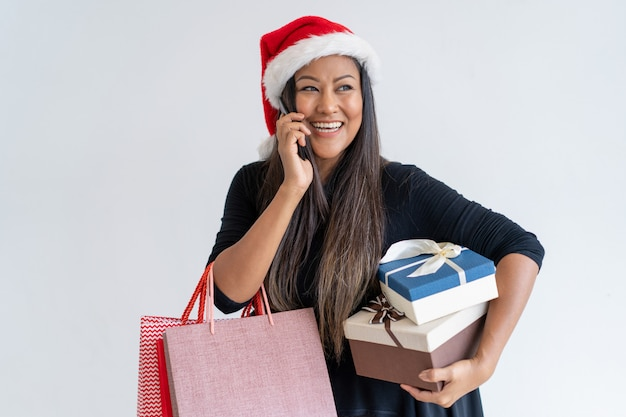 Mistura alegre correu mulher desfrutando de compras de natal