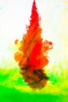 Mistura colorida de nuvens de tinta