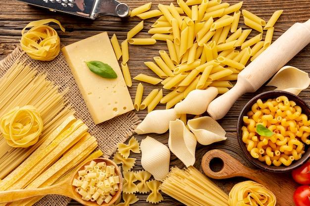 Mistura crua de macarrão com queijo duro