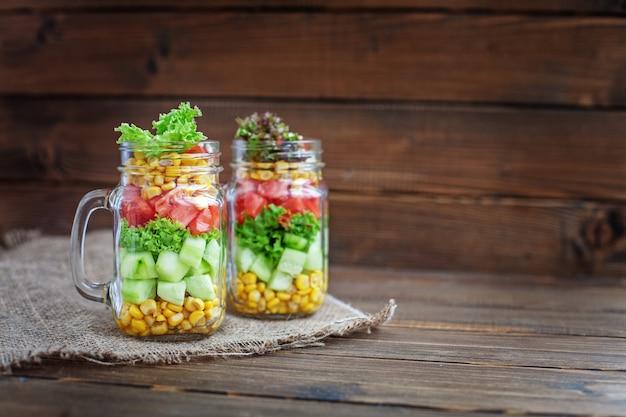Mistura da salada com os vegetais na tabela.