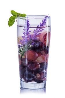 Mistura de água com infusão de uva roxa, lavanda e uvas vermelhas