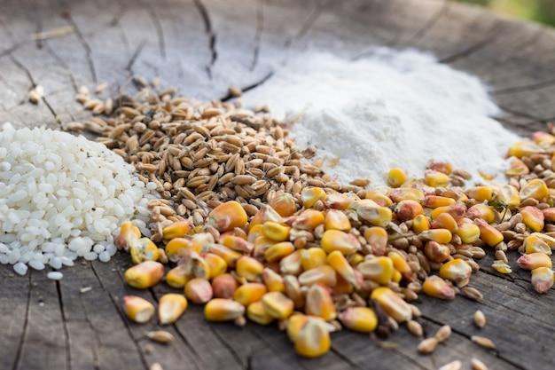 Mistura de alimentos de grãos em fundo de madeira