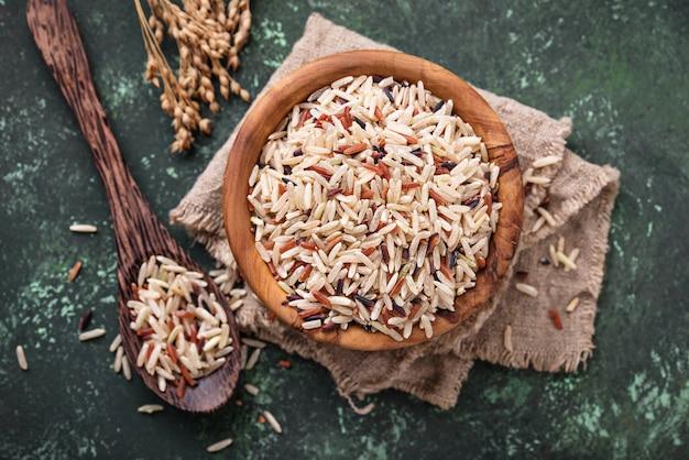 Mistura de arroz marrom, vermelho e selvagem na tigela