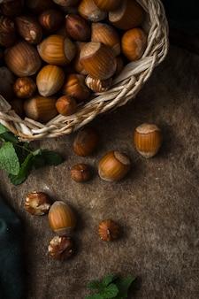 Mistura de avelãs orgânicas em cima da mesa