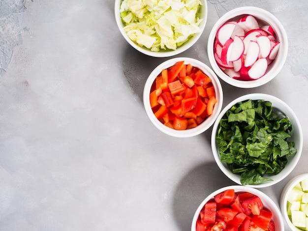 Mistura de bacias vegetais para a salada ou os petiscos no cinza. conceito de desintoxicação de dieta