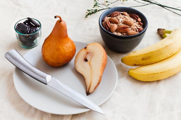 Mistura de bananas e nozes de peras
