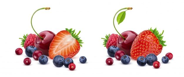 Mistura de berry isolada no branco, pilha de frutos silvestres frescos
