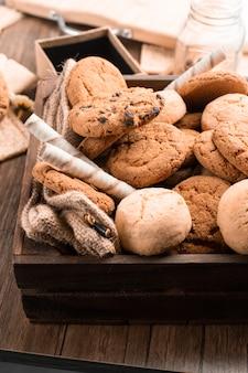 Mistura de biscoitos de aveia e chocolate.