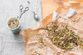 Mistura de chá de ervas com ferramentas e copo