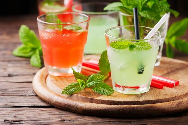 Mistura de cocktails com rum e hortelã