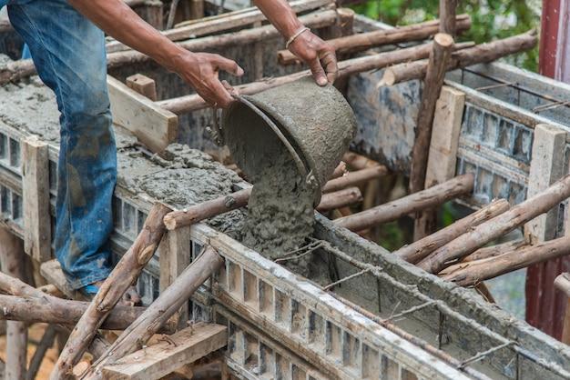 Mistura de concreto despeje durante o chão.