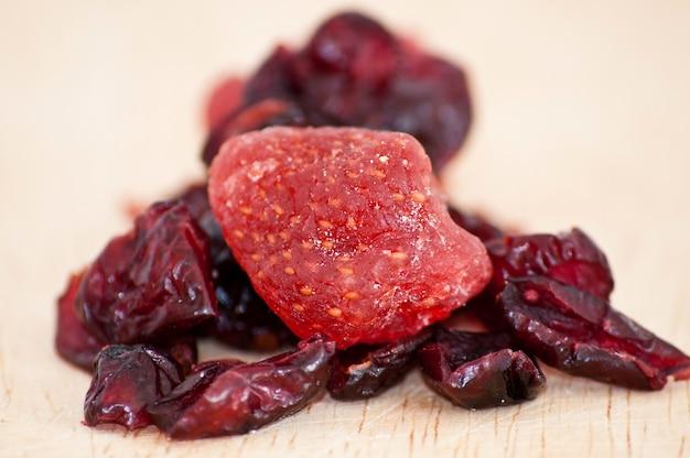 Mistura de cranberries e morangos secos de perto