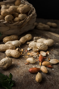 Mistura de deliciosos amendoins em cima da mesa