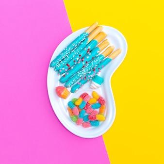 Mistura de doce em fundo colorido. design plano de alimentos