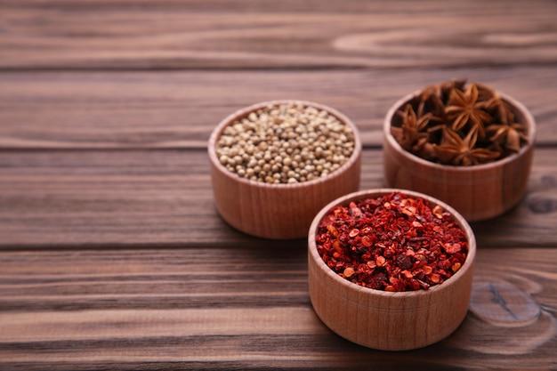 Mistura de especiarias em uma mesa de madeira marrom