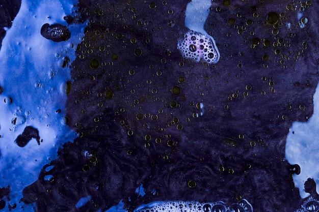 Mistura de espuma roxa e azul